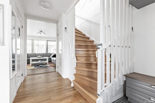 Hall med trapp till ovanplan