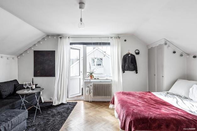 Allrummet är lägenhetens naturliga samlingsplats.