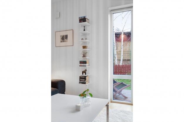 Höga fönster i vardagsrum ger ett härligt ljusinsläpp