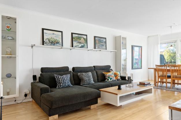 Ljust vardagsrum med gott om plats för olika möblemang.