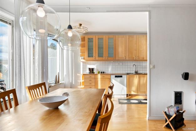 Vardagsrum med öppning in till köket.