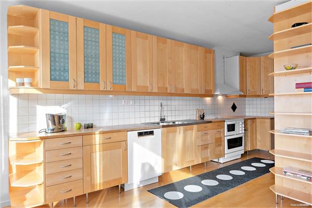 Trivsamt kök med gott om arbetsyta.