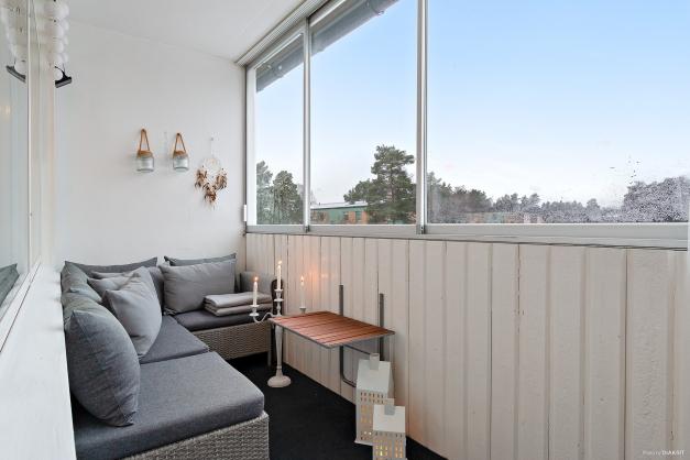 Inglasad balkong i anslutning till vardagsrummet.