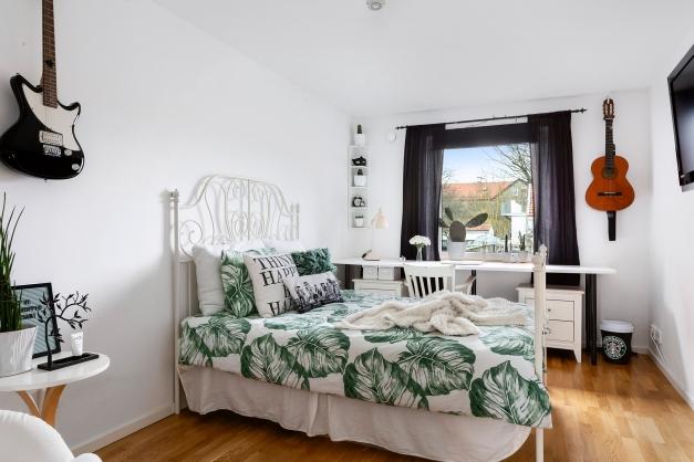Rymligt sovrum med garderobspartier