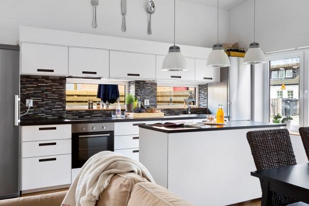 Kök/vardagsrum med utgång till uteplats i västerläge
