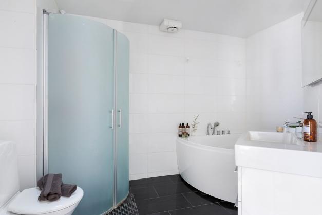 Badrum med dusch och jacuzzi