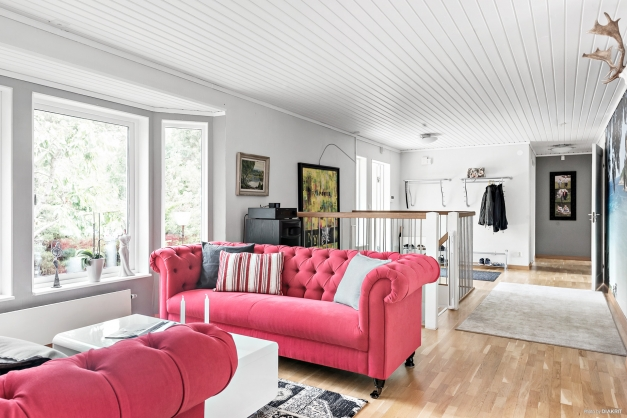 Luftig härlig planlösning mellan hall, vardagsrum och matrum ger rymd och ljus!