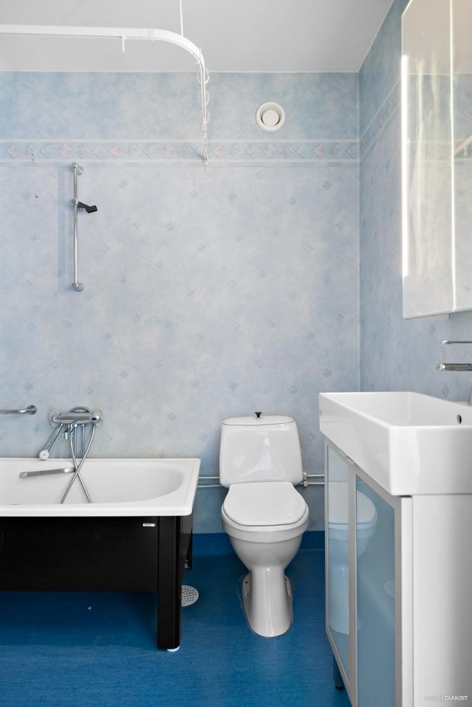 Badrum med badkar, förberett för egen tvättmaskin.
