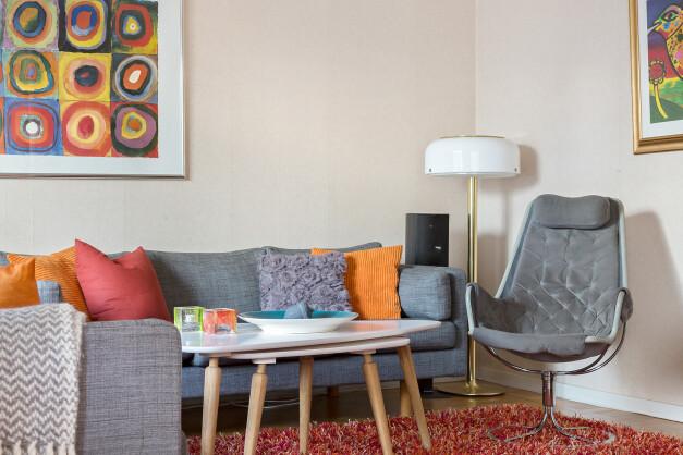 Vardagsrum med plats för soffgrupp och tv-möbel