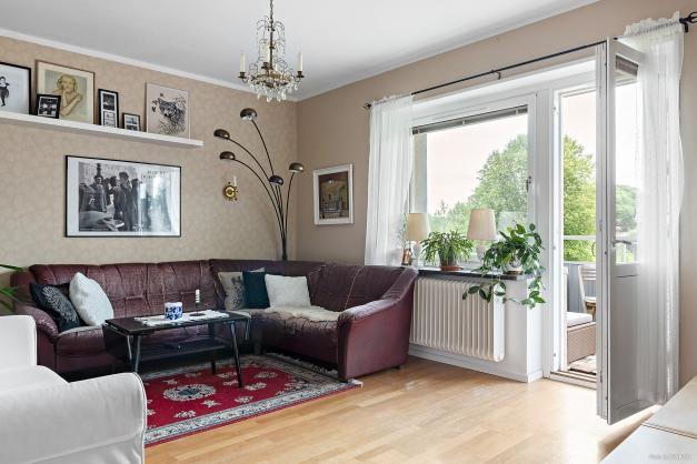 Ljust vardagsrum med utgång till balkong