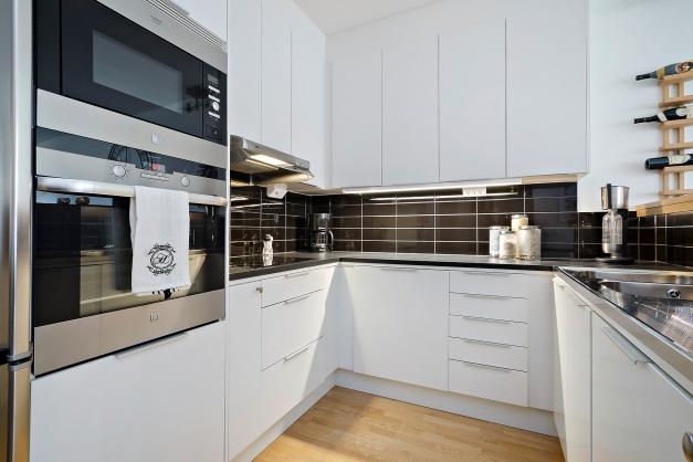 Rymligt och fullutrustat kök med stora arbetsytor samt en trevlig bardel