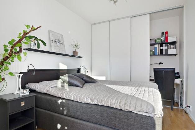 Rymligt sovrum med plats för dubbelsäng samt nattduksbord