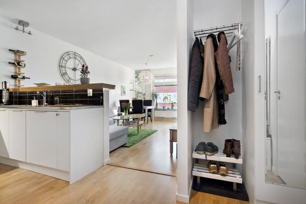 Hall/entré med bra förvaringsmöjligheter i garderobs samt hatthylla