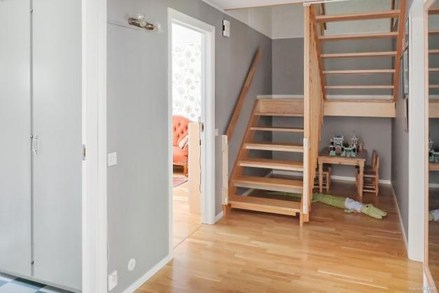 Hall med trapp upp till övervåningen
