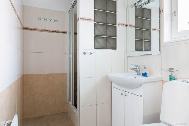 Badrum med duschhörna nere