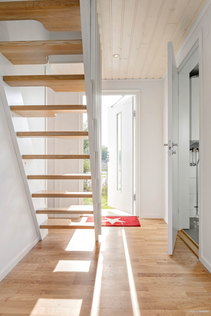 Välkommen in! Parkettgolv som i övriga rum. Ljusa väggar. Härifrån nås sovrummet, badrummet och trappan upp till övervåningen. Tillval: Spotar i taket