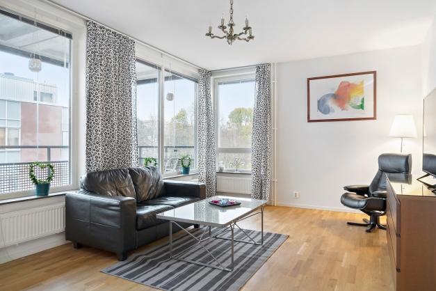 Bra ljusinsläpp i vardagsrummet via stora fönster