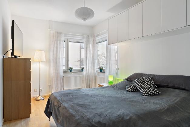 Mycket rymligt sovrum med hörnfönster