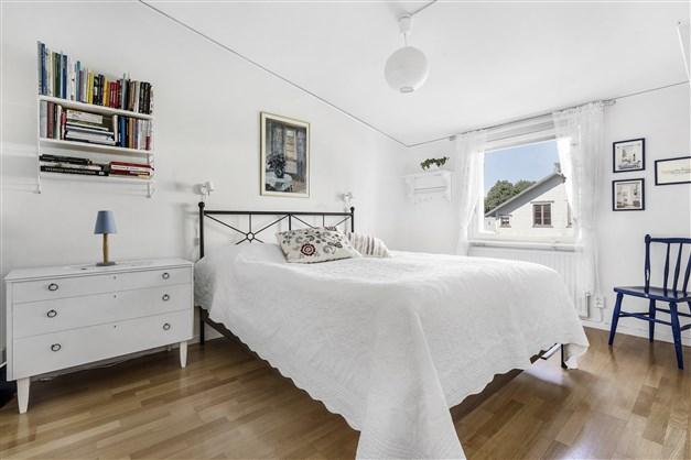 Master Bedroom med fönster åt villorna
