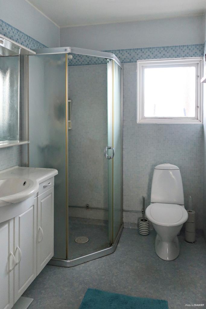 Toalett med duschplats på entréplan