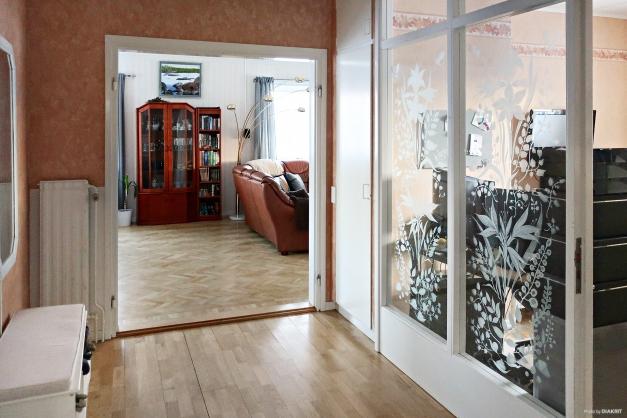 Innerhall och glasparti mot kontoret