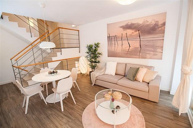 Ljust och trevligt vardagsrum med stort fönsterparti