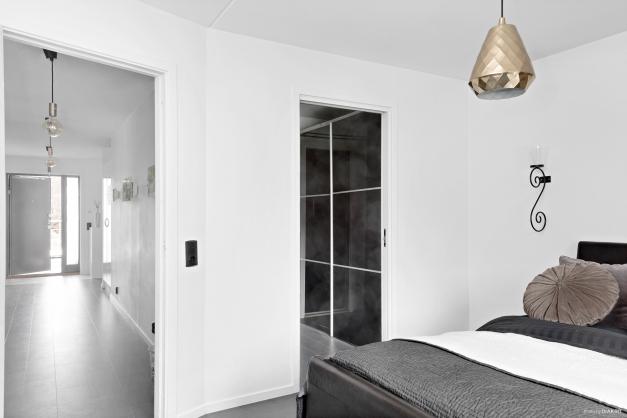 Master Bedroom med walk-through closet