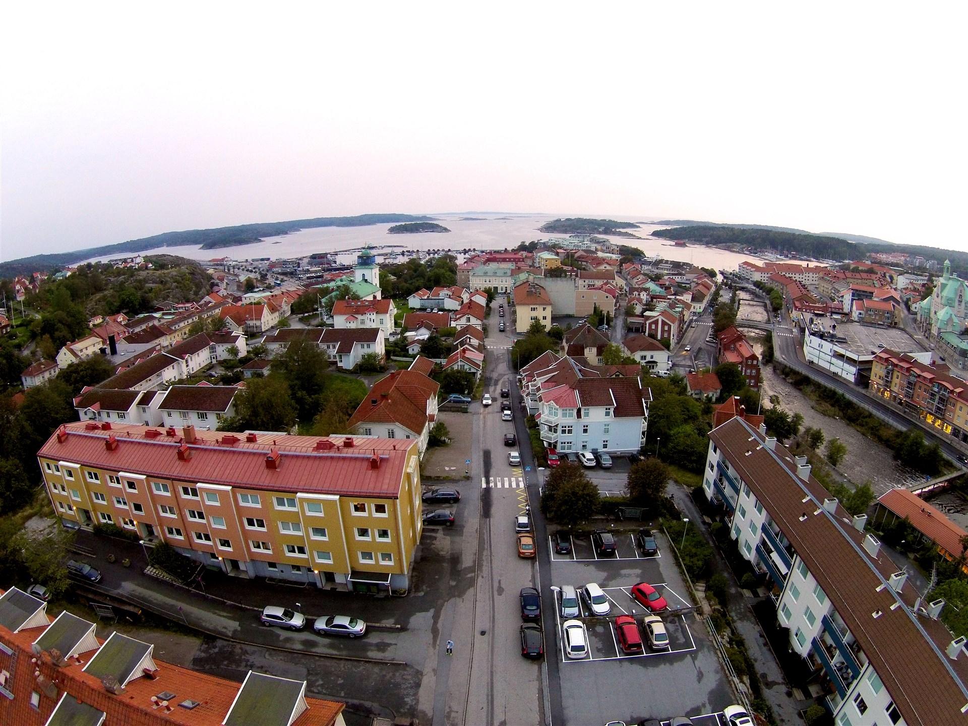 Bild ovanifrån, lägenheten ligger överst till höger i den gula byggnaden.