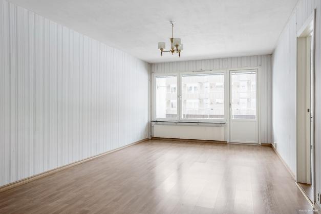 Lättmöblerat vardagsrum med fint ljusinsläpp