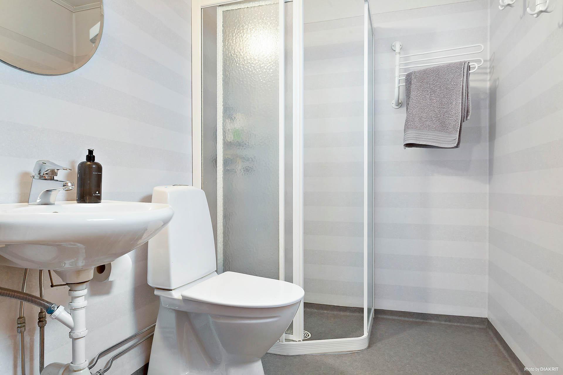 Fint duschrum med toalett och tvättställ