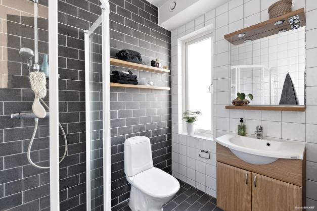 Helkaklat badrum på entréplan