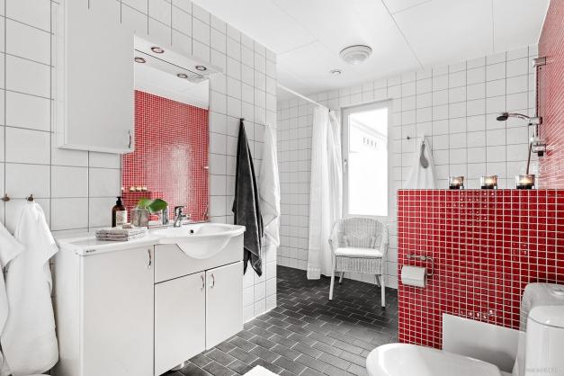 Stort familjebadrum med både badkar och dusch