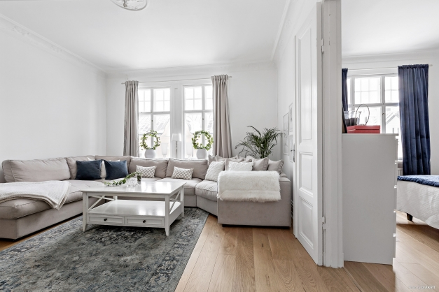 Vardagsrum med dubbeldörrar in till sovrummet