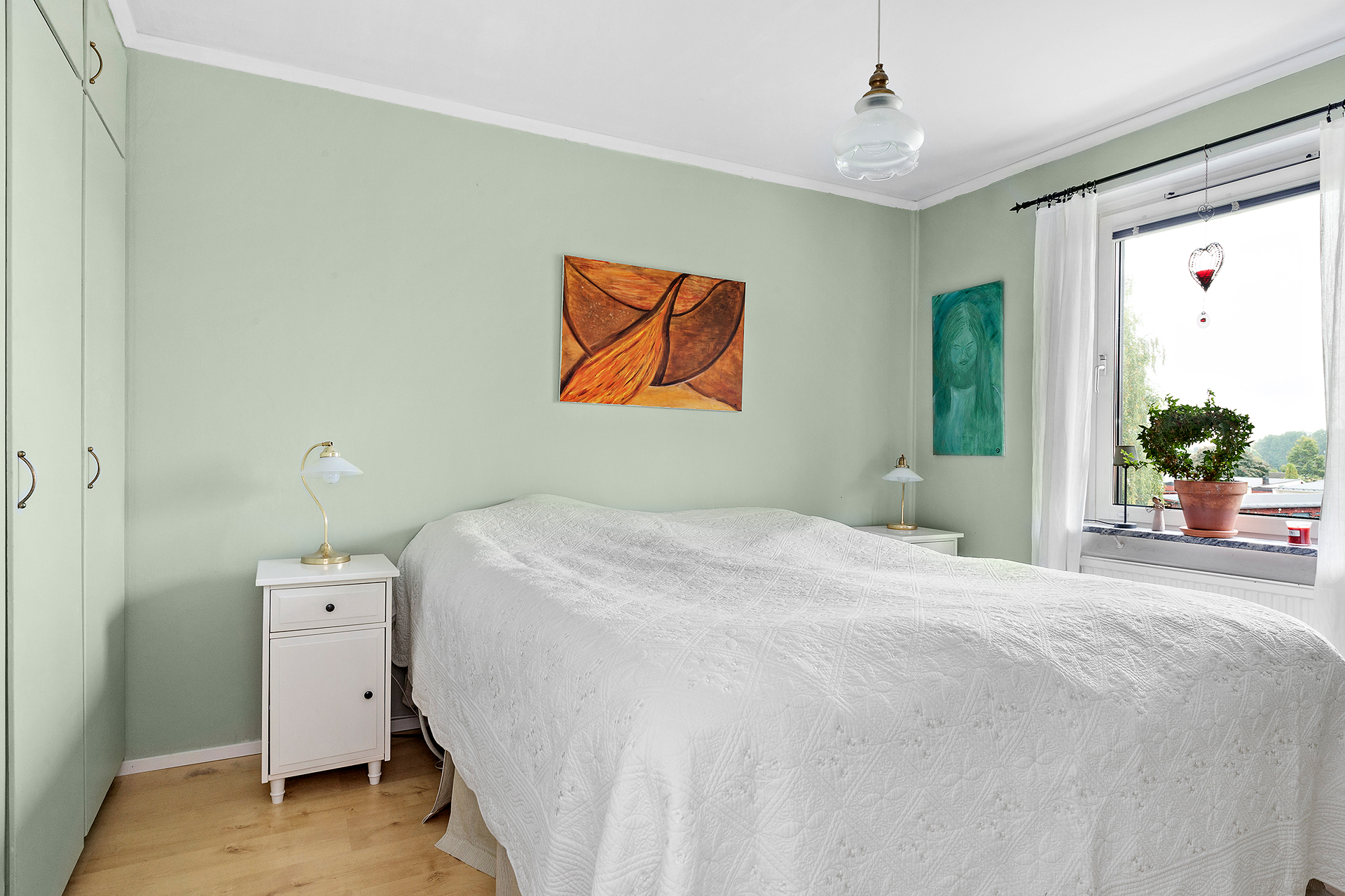 Sovrum 1 med garderobsvägg