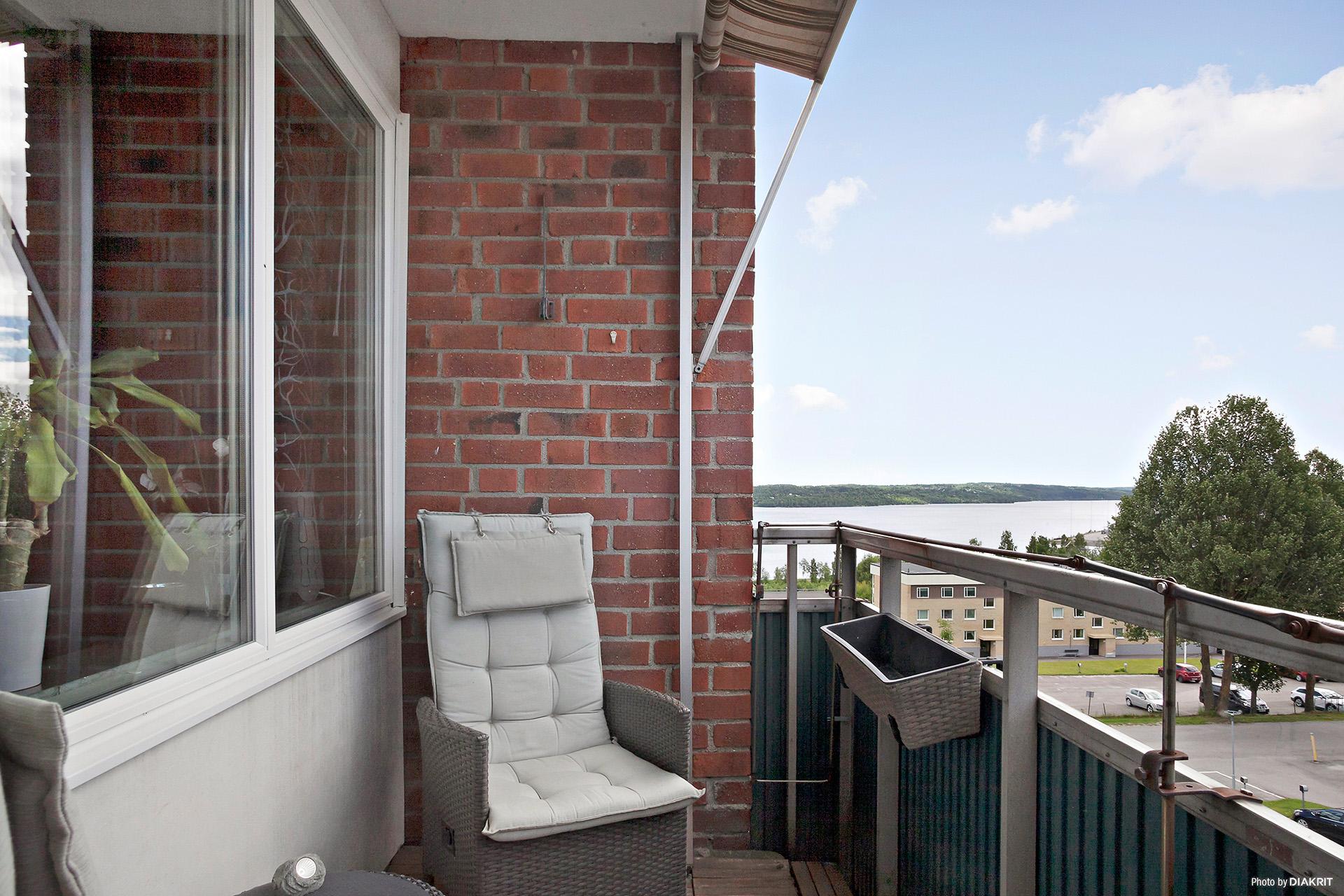 Balkong i söderläge med sol från förmiddag till eftermiddag