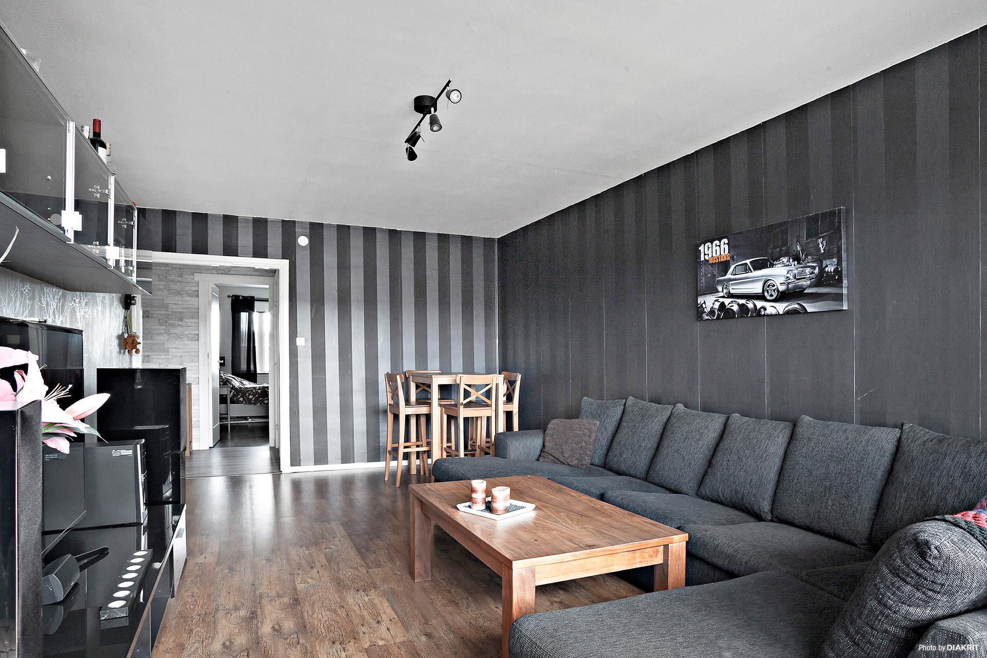 Rymligt vardagsrum med plats för både soffgrupp och matgrupp