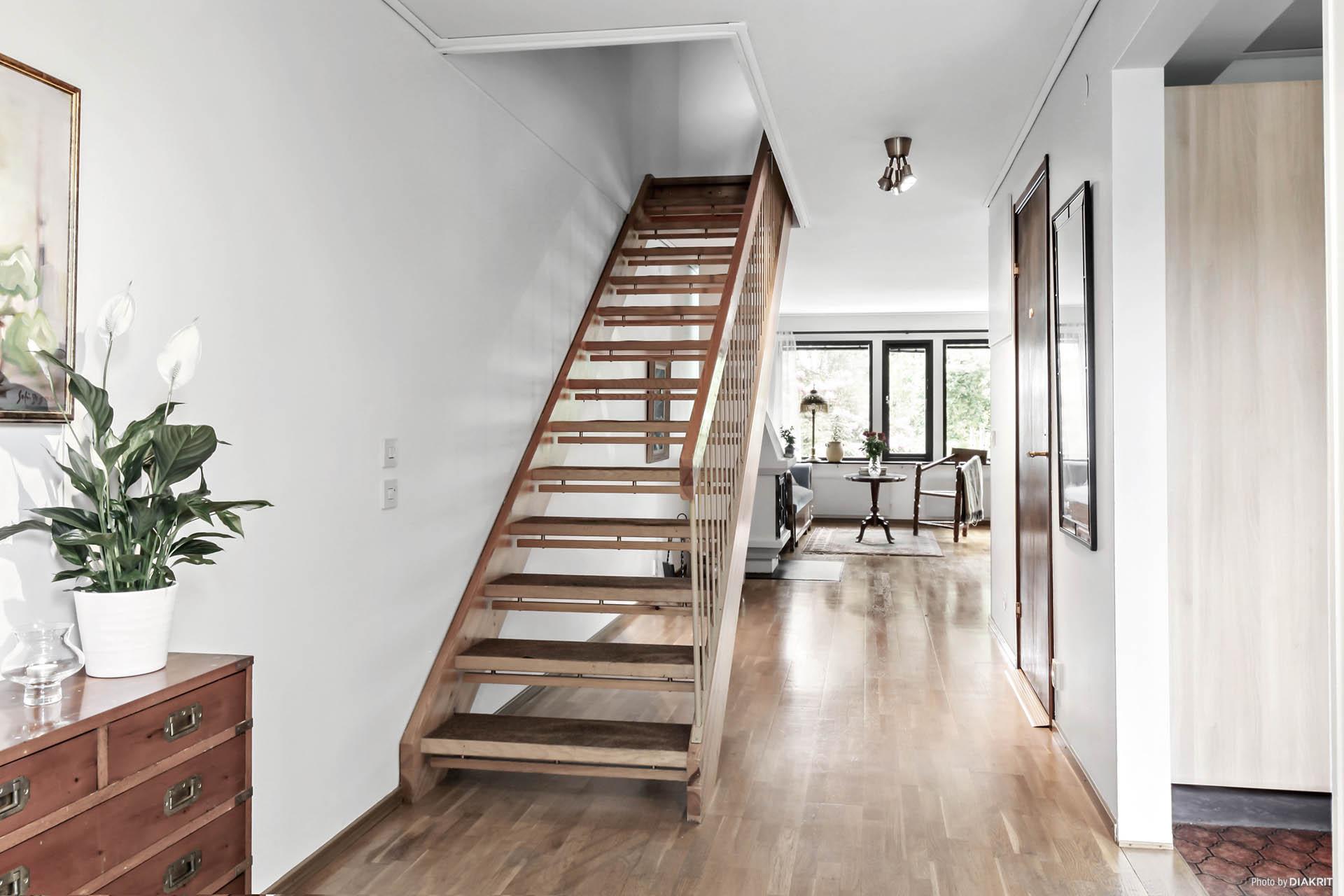 Vi tar oss upp för trappan till övervåningen och tittar till det.