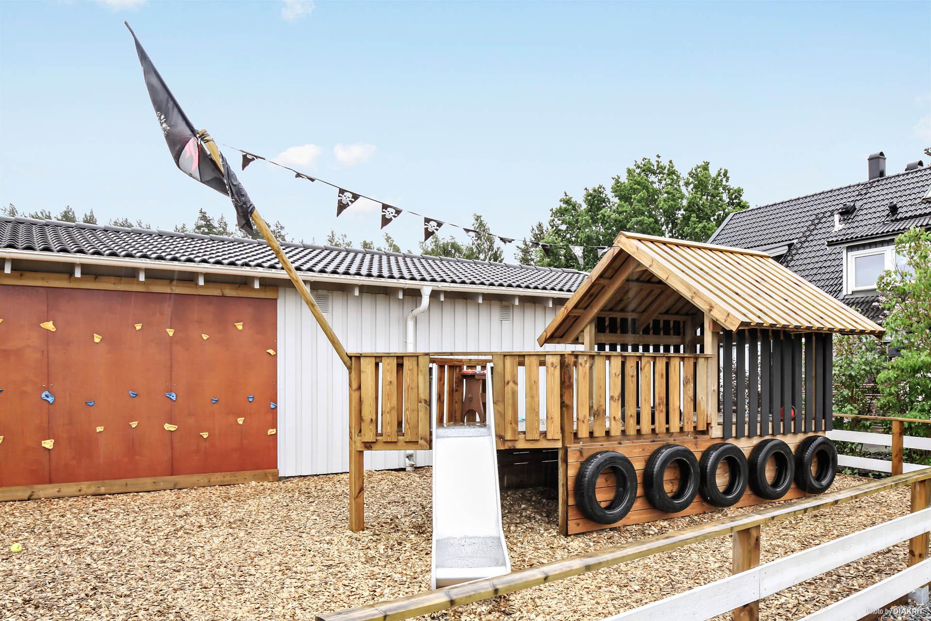 Den nya lekplatsen ligger på skuttavstånd från bostaden.