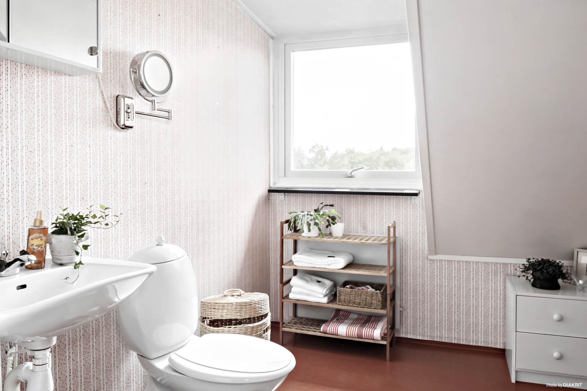 Badrummet på övervåningen, även det har ytskikt i originalutförande.