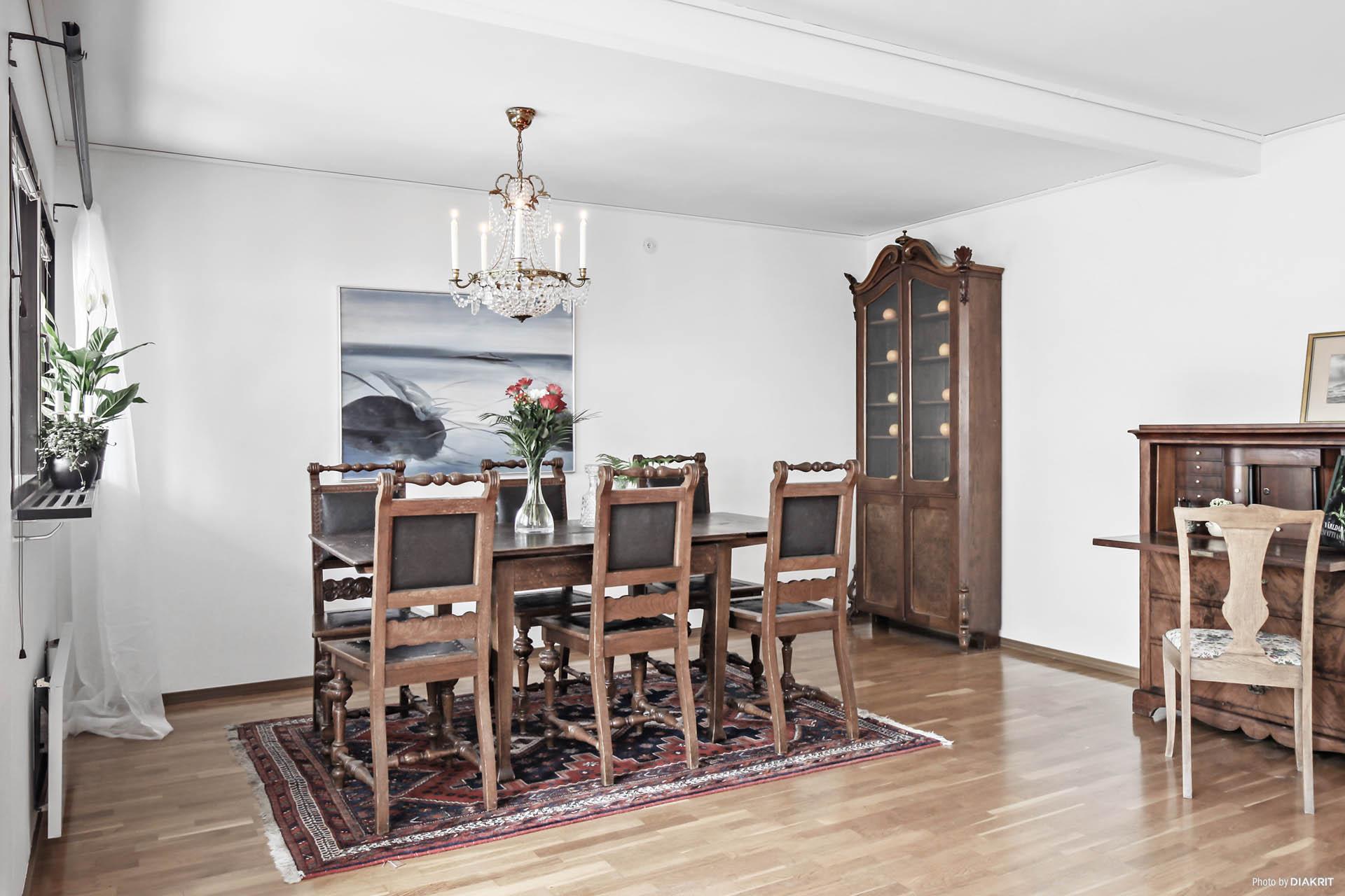 Matsalsdel i vardagsrummet denna yta går att dela av till ytterligare ett rum.