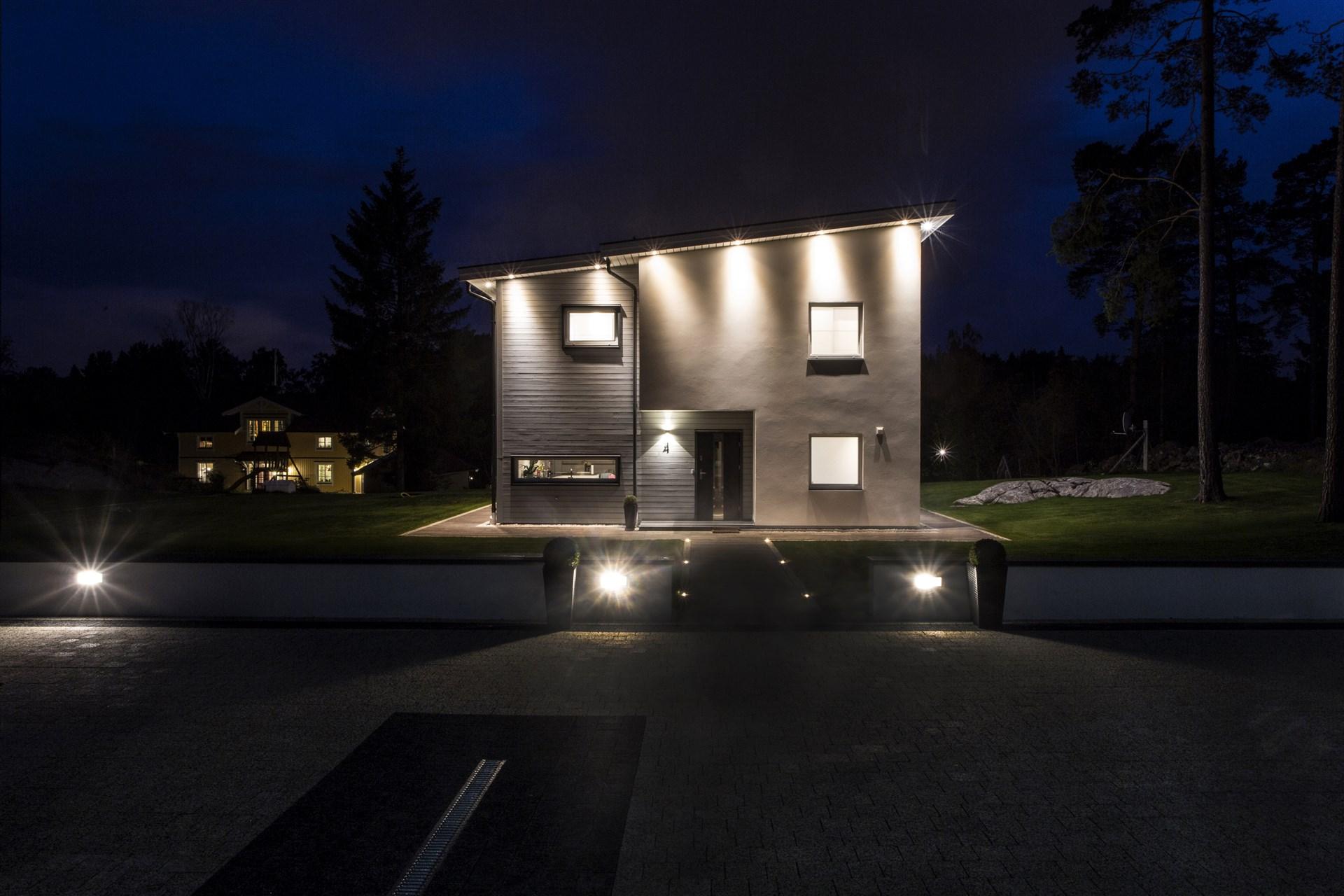 Snygg belysning runt huset