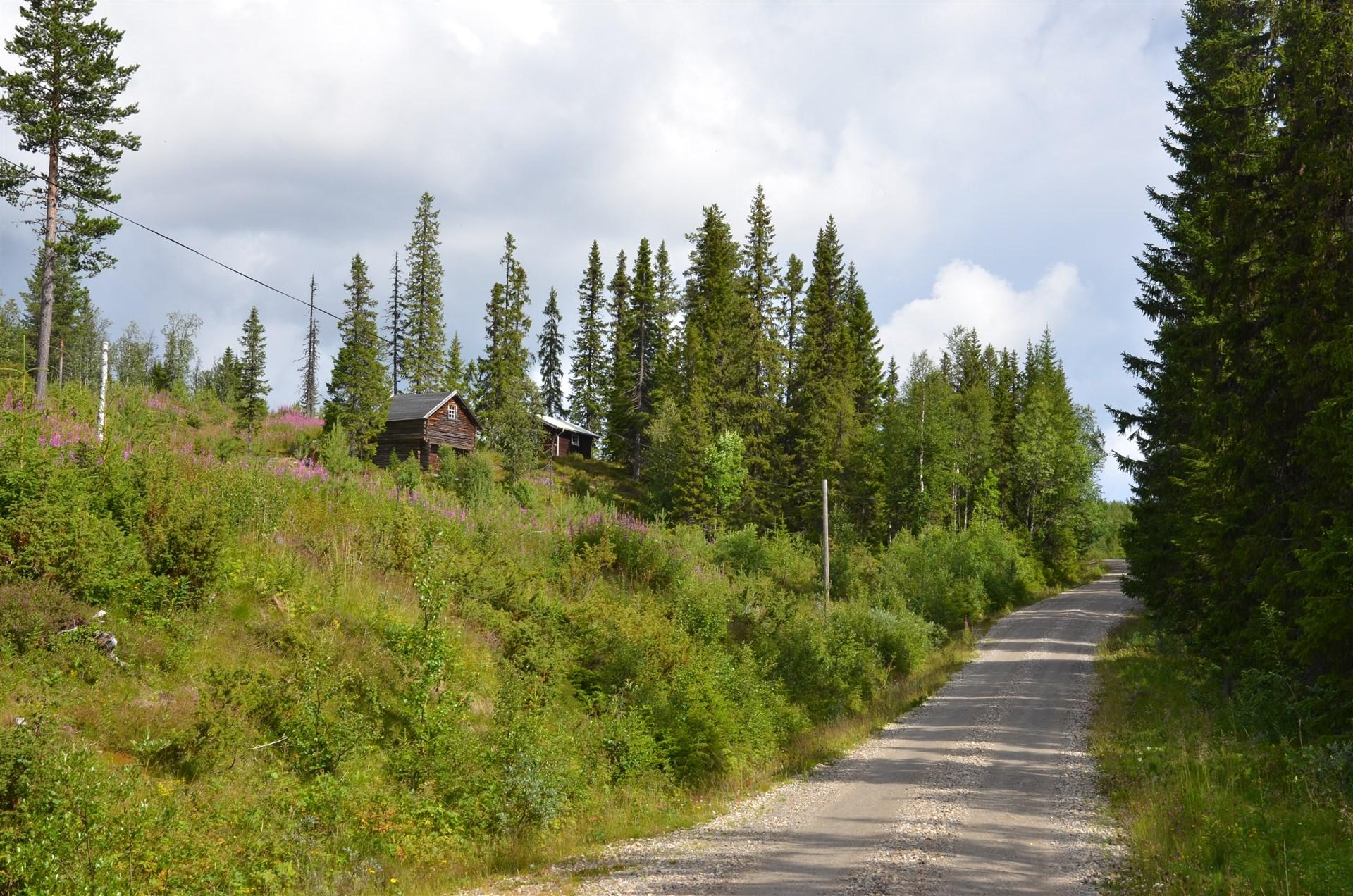 Båda husen på kanten står på fastigheten