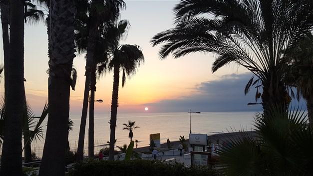 Solnedgång på strandpromenaden i Torrox