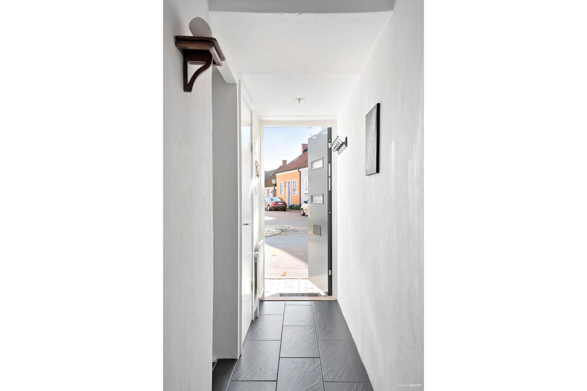 Entré / hall mot gästtoalett och trappa till källaren till vänster