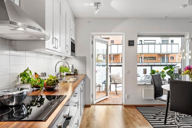 KÖK - Välplanerat kök med utgång till balkongen