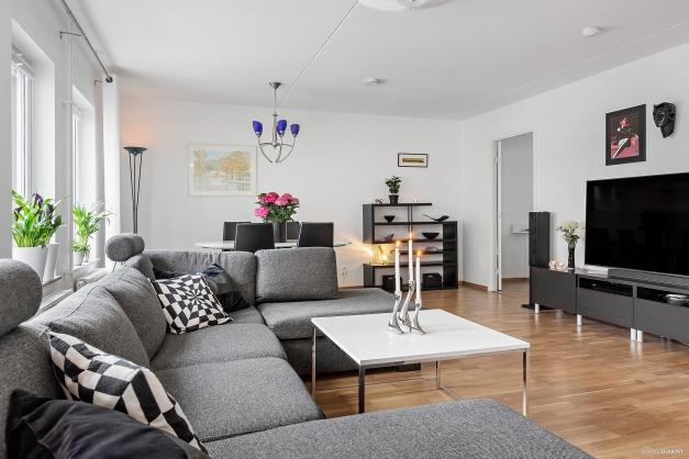 VARDAGSRUM - Plats för stor soffgrupp och tv-möbel