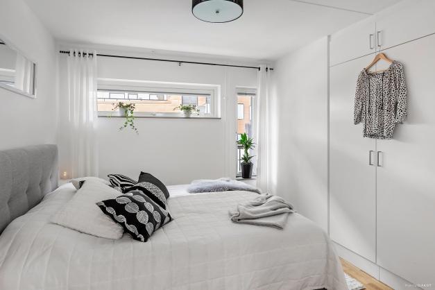 SOVRUM 1 - Största sovrummet med två fönster och plats för dubbelsäng