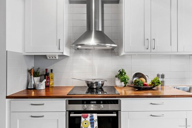 KÖK - Stilfullt kök med ljusa luckor och fläktkåpa