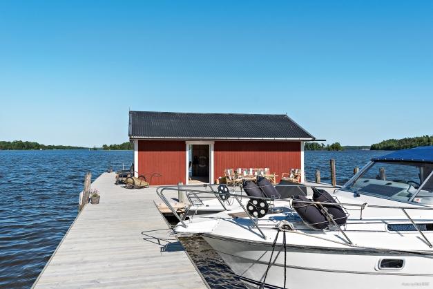 Bryggan har plats för 2 stora båtar samt flertal mindre. Det inredda båthuset har förutom middagsbord även plats för förvaring av fiske- och vattensportutrustning.