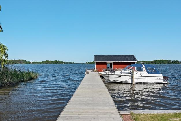 Brygga med inrett båthus. Plats för flertal båtar.